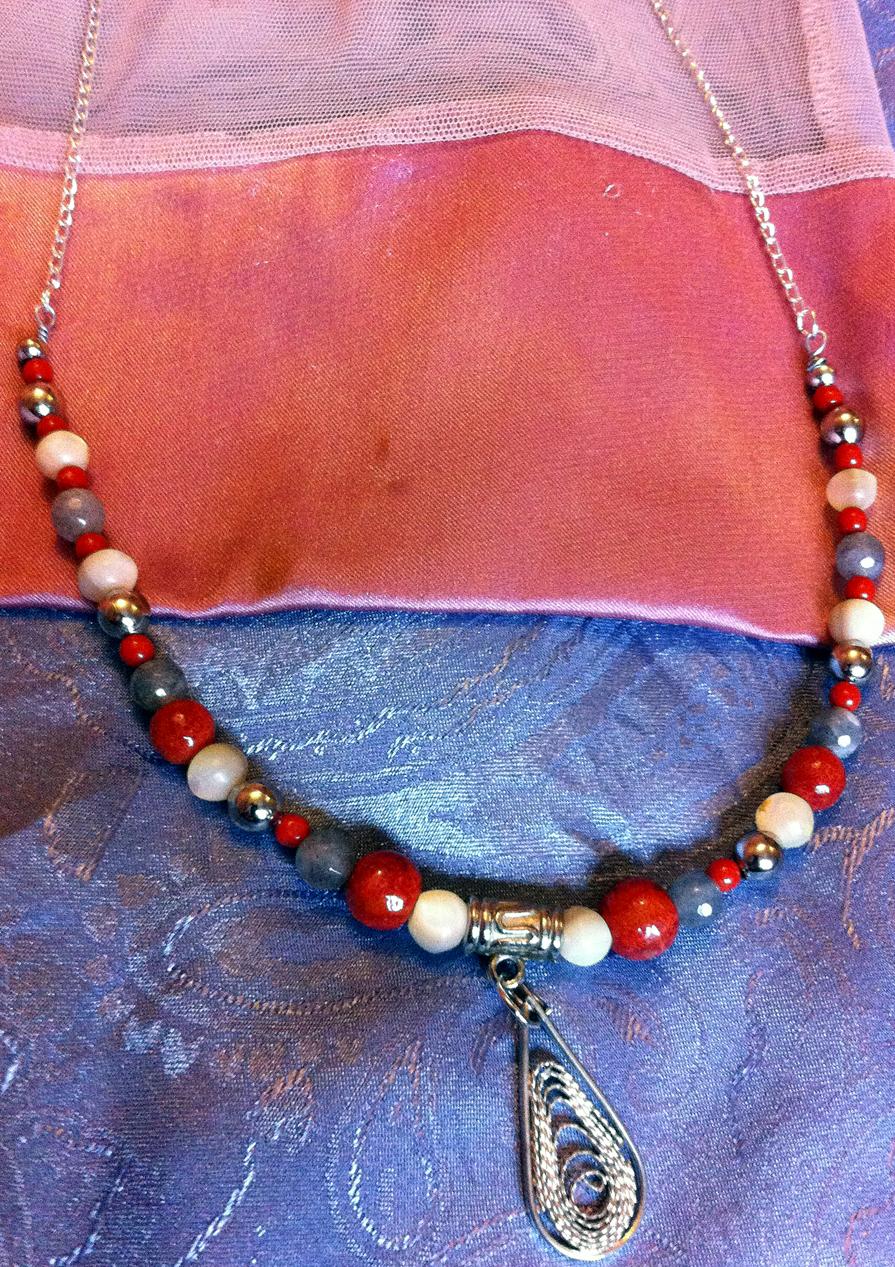Collana creata a mano riciclando perle e pietre vintage