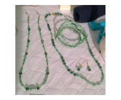 parure verde con perline di carta riciclata