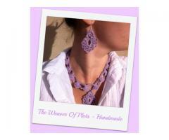 Parure di collana e orecchini in filo di scozia lilla a uncinetto