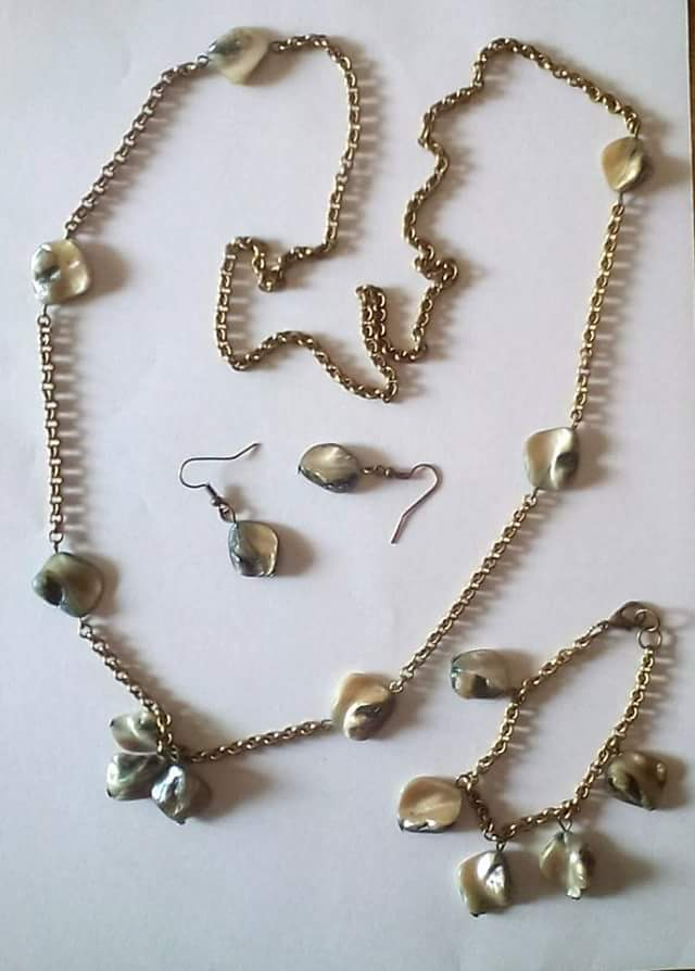 Collana,bracciale,orecchini bronzo con perle conchiglia