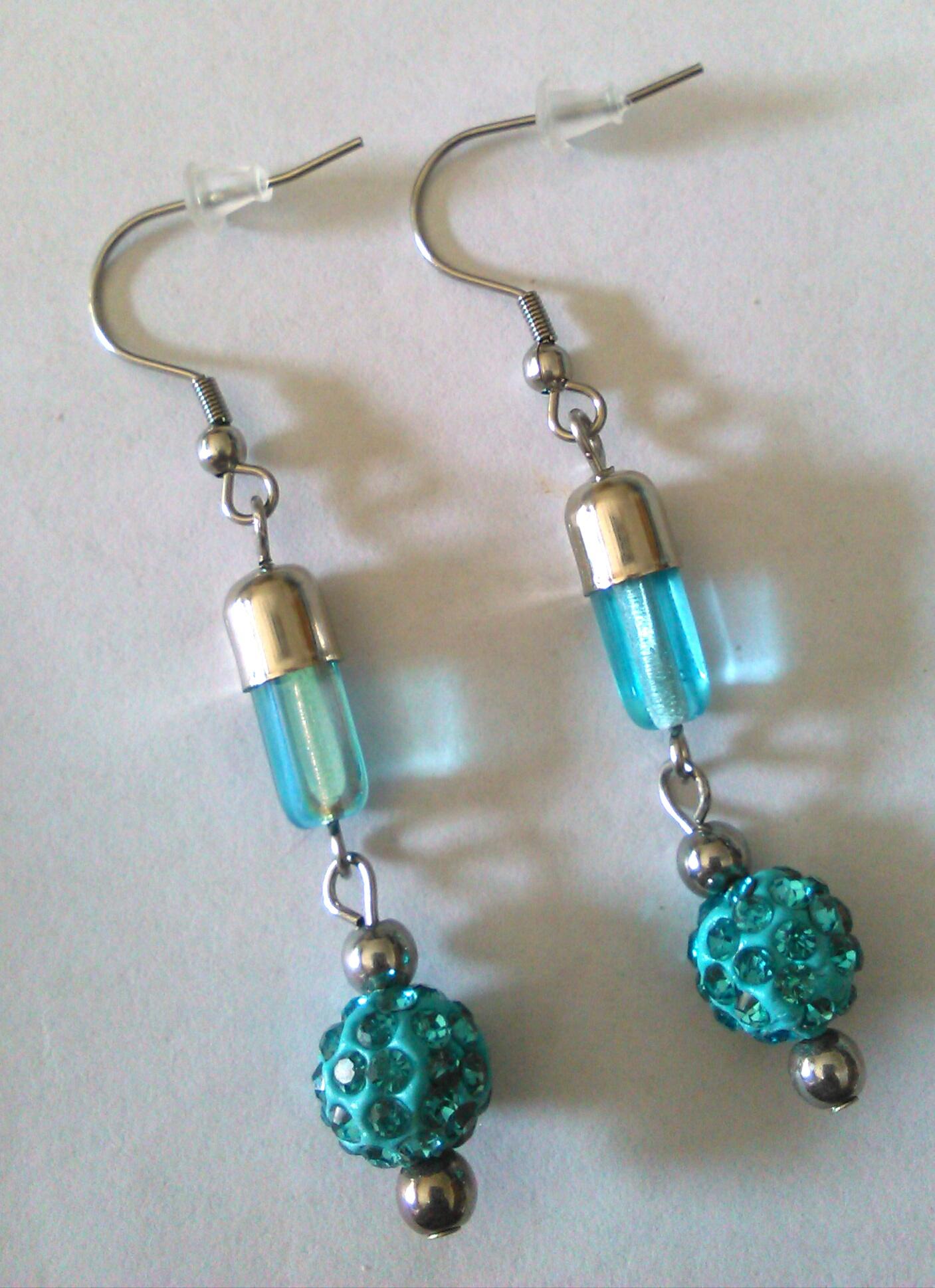 Orecchini in acciaio con perle di argilla e strass