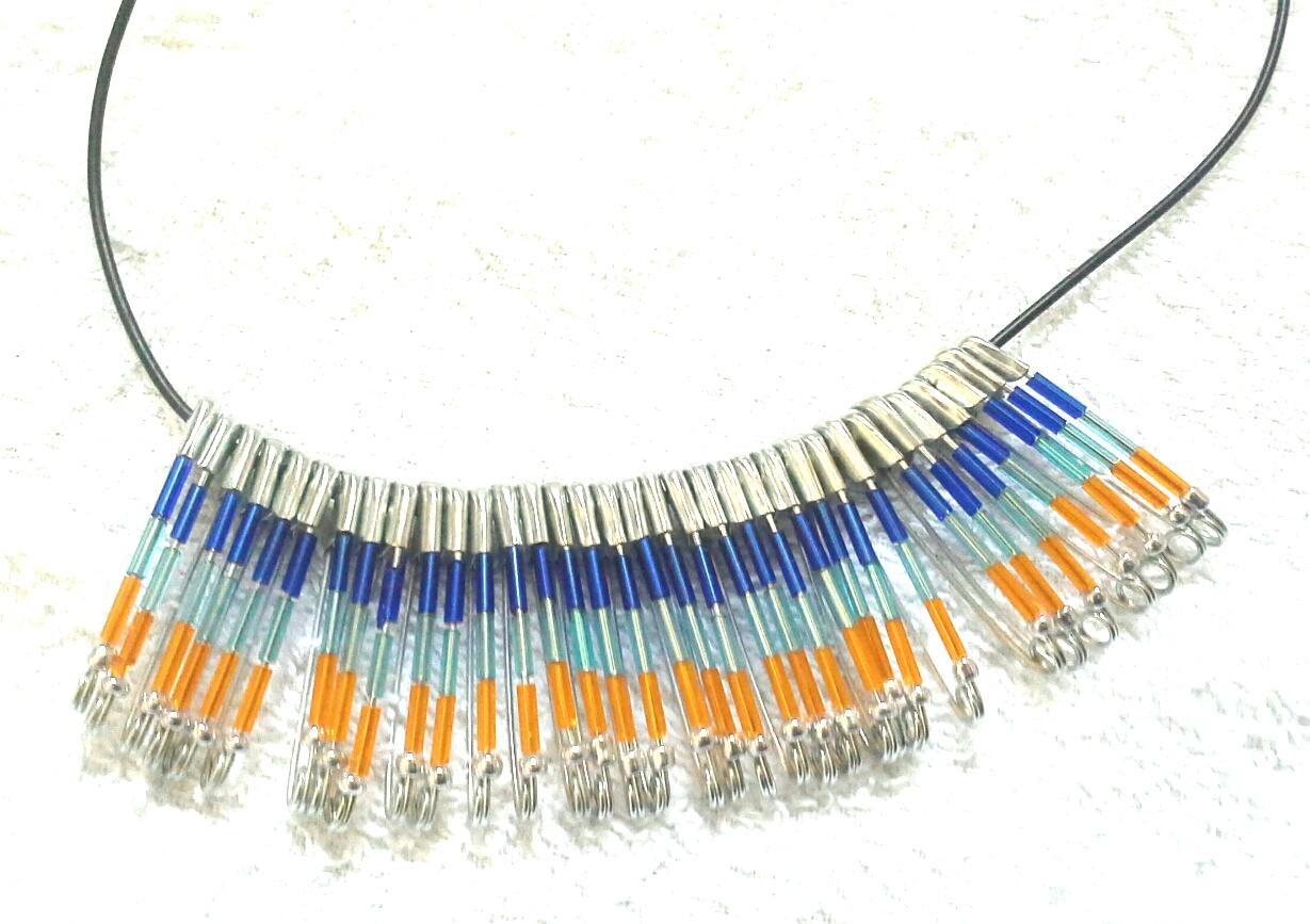 collana bigiotteria con spille balia e perline