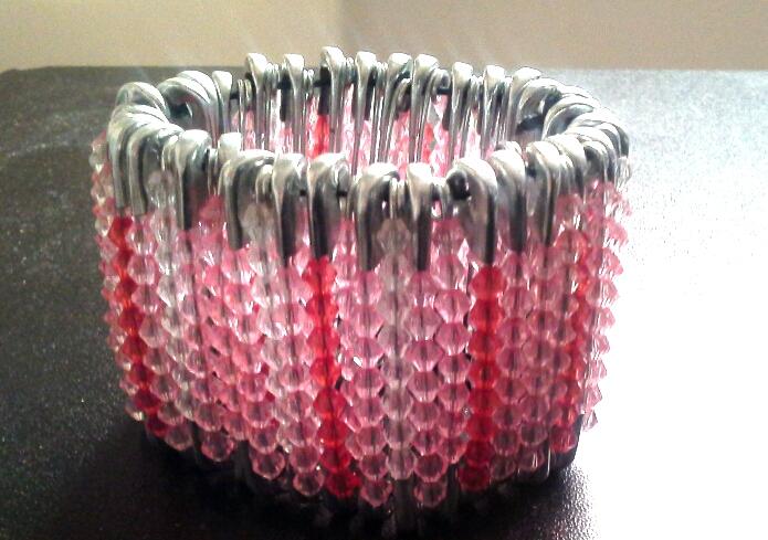 bracciale bigiotteria con spille balia e perline